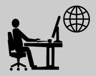 Person sitzt am Schreibtisch vor einem Computer und nimmt an Videokonferenz über Internet teil.